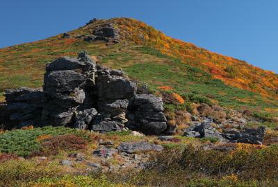 大きな岩を目標に、気持ちの良い稜線歩きを楽しめます