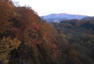 国道398号から遠望する朝日に染まる栗駒山