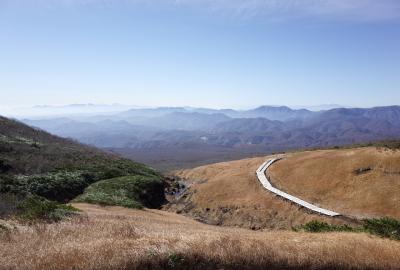 振り返ると蔵王、朝日連峰、月山など南奥羽の山々の大展望が(晩秋)