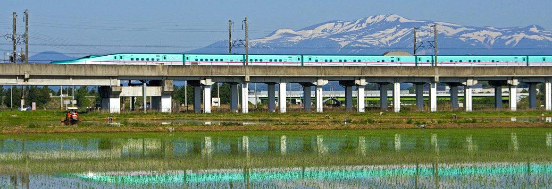 栗駒山と東北新幹線