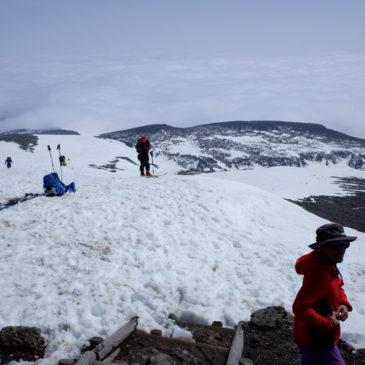 急速に雪解けが進む栗駒山